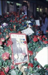 Affisch på Olof Palme i blomsterhav